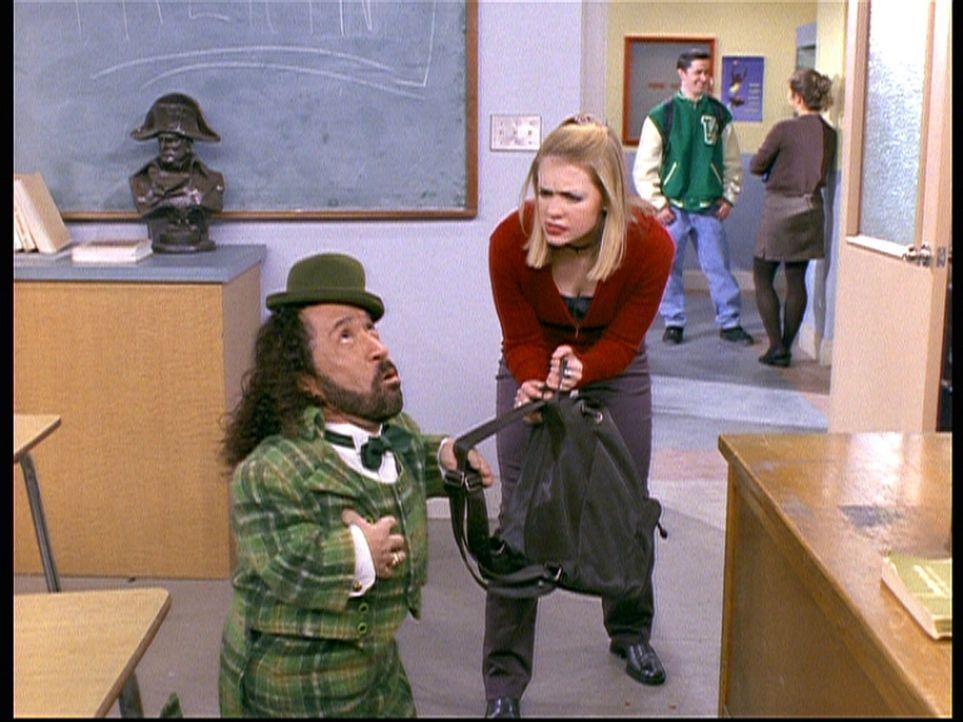 Cousin Roland (Phil Fondacaro, l.) will Sabrina (Melissa Joan Hart, r.) als Duke von Schottland beeindrucken und schenkt ihr drei Wunsch-Gutscheine. - Bildquelle: Paramount Pictures
