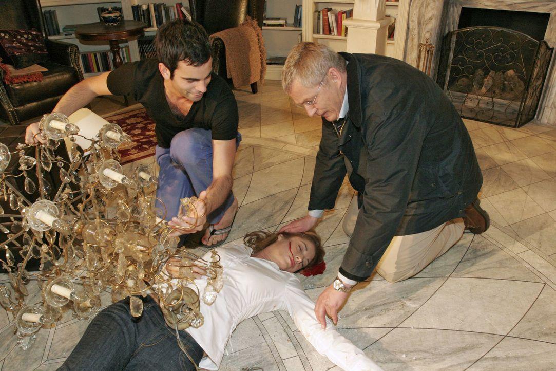 Laura (Olivia Pascal, liegend) ist unter dem herabstürzenden Kronleuchter zusammengebrochen. David (Mathis Künzler, l.) und Friedrich (Wilhelm Mansk... - Bildquelle: Noreen Flynn Sat.1