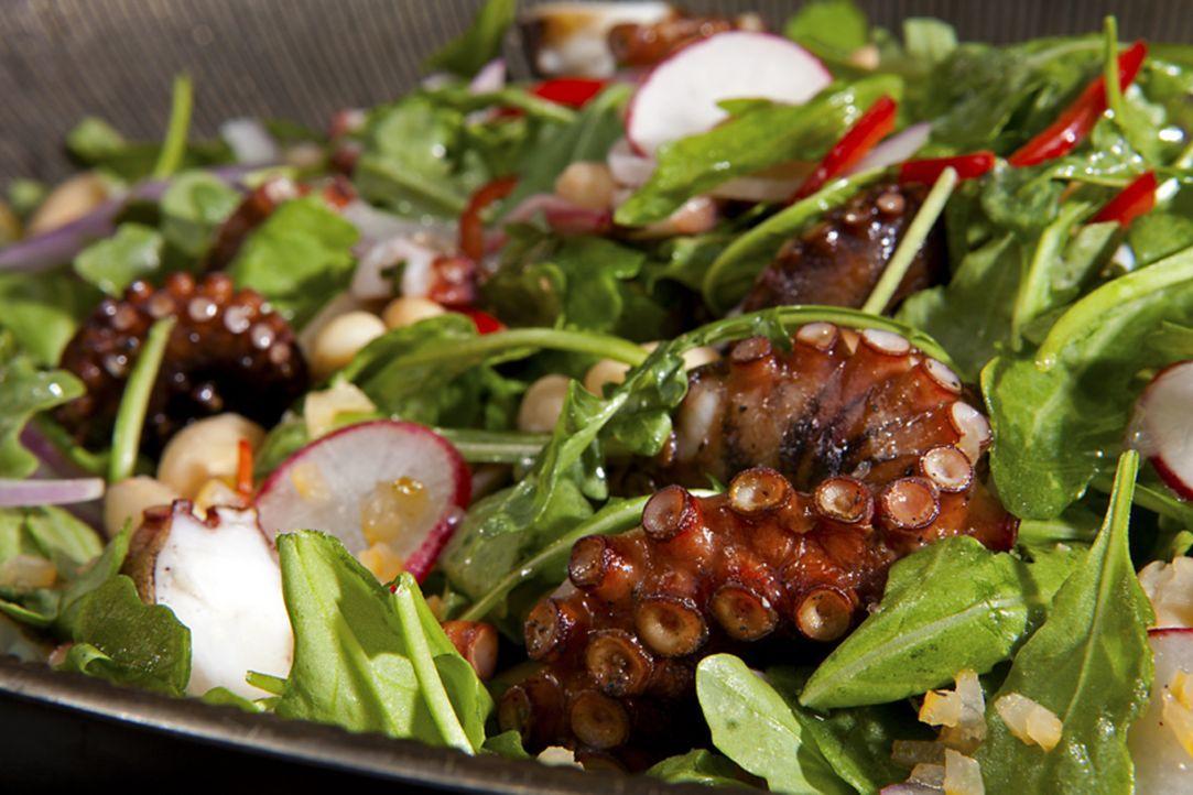 Was wäre ein richtiges Surf'n'Turf ohne Guy Fieris Salat mit Oktopus und weißen Bohnen ... - Bildquelle: 2012, Television Food Network, G.P. All Rights Reserved.
