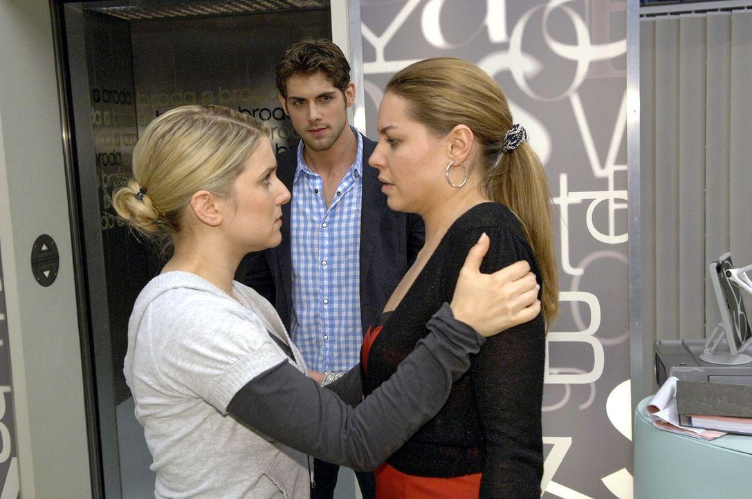 Verzweifelt muss Anna (Jeanette Biedermann, l.) erkennen, dass ihr Plan nicht aufgegangen ist und Jonas (Roy Peter Link, M.) nicht ihr sondern Katja (Karolina Lodyga) Glauben schenkt.