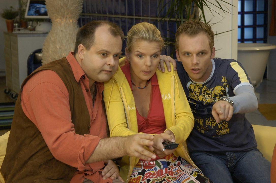 """Die """"Dreisten Drei"""" v.l.n.r.: Markus Majowski, Mirja Boes und Ralf Schmitz im Banne des Fernsehers... - Bildquelle: Oliver S. Sat.1"""