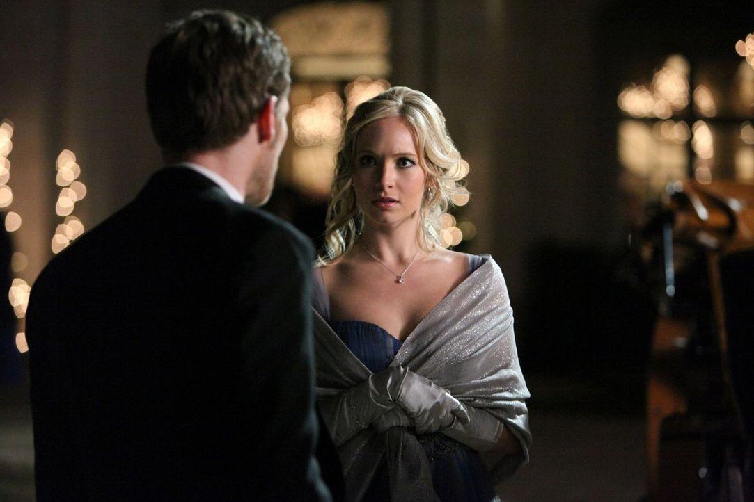 Klaus (Joseph Morgan, l.) macht Caroline (Candice Accola, r.) Avancen. Wird sie sich darauf einlassen? - Bildquelle: Warner Brothers