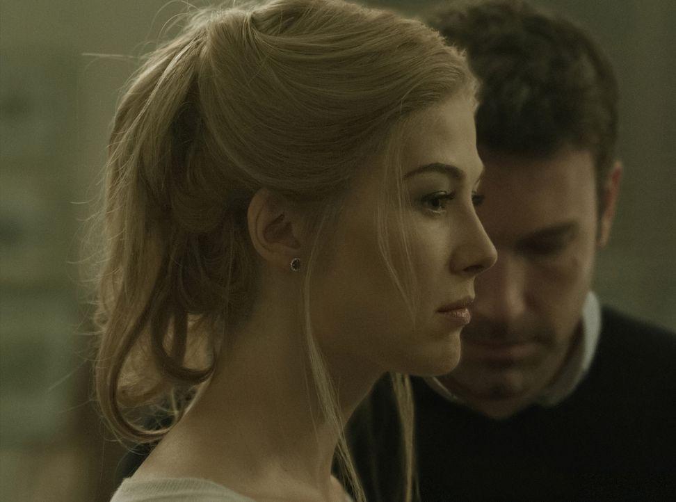 Nach außen hin scheinen Nick (Ben Affleck, r.) und Amy (Rosamund Pike, l.) eine perfekte Ehe zu führen. In Wirklichkeit hat Nick eine Affäre und Amy... - Bildquelle: 2014 Twentieth Century Fox Film Corporation.  All rights reserved.