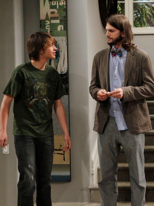 Beim Einkaufen mit Jake (Angus T. Jones, l.) im Supermarkt lernt Walden (Ashton Kutcher, r.) die hübsche Zoey kennen und verabredet sich mit ihr, wä... - Bildquelle: Warner Brothers Entertainment Inc.