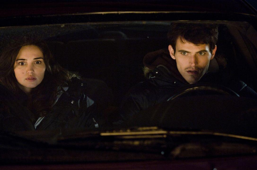 Als Shelby (Laura Breckenridge, l.) mit ihrem Freund Rob (Tad Hilgenbrinck, r.) nachts auf dem Highway unterwegs ist, machen sie Bekanntschaft mit e... - Bildquelle: 2009 Warner Bros.