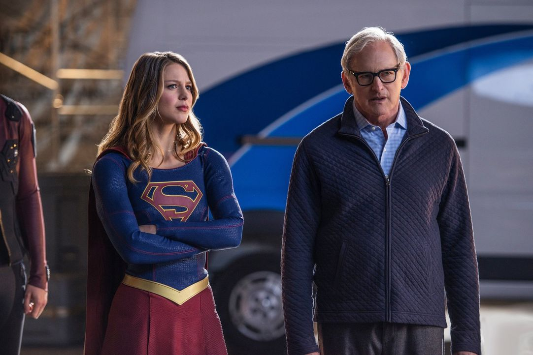 Während Kara alias Supergirl (Melissa Benoist, l.) all ihre Kräfte bündelt, um die Alien Invasion abzuwenden, wird Martin (Victor Garber, r.) von ei... - Bildquelle: Warner Brothers