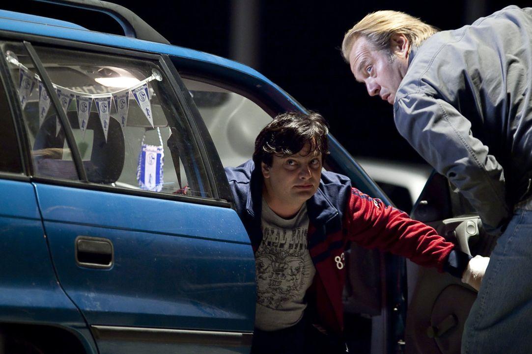 Als die Borussia-Fans Frank (Rüdiger Klink, l.) und Georg (Jan-Gregor Kremp, r.) ein Fluchtauto suchen, werden sie schnell fündig: Das Auto eines ei... - Bildquelle: SAT.1
