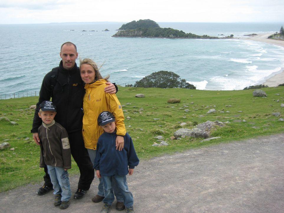 Starten in Neuseeland ein neues Leben: Annett Hauck (hinten r.) und ihr Lebensgefährte Frank Babic (hinten l.) mit den beiden Kindern aus Annetts e... - Bildquelle: kabel eins