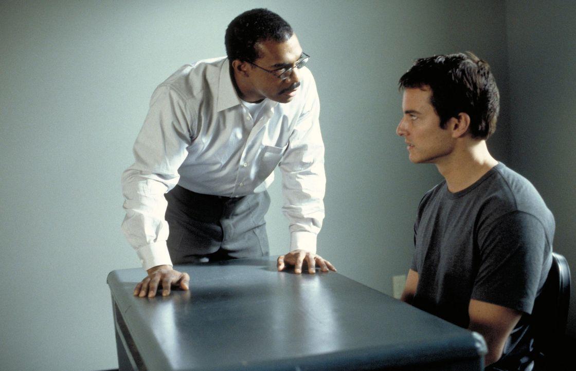 Die Situation gerät außer Kontrolle, als Bobby (Kerr Smith, r.) und Aizy von einem Mitstudenten verraten werden, und die Bombe in die Hände von T... - Bildquelle: 2003 NBC, Inc. All rights reserved.