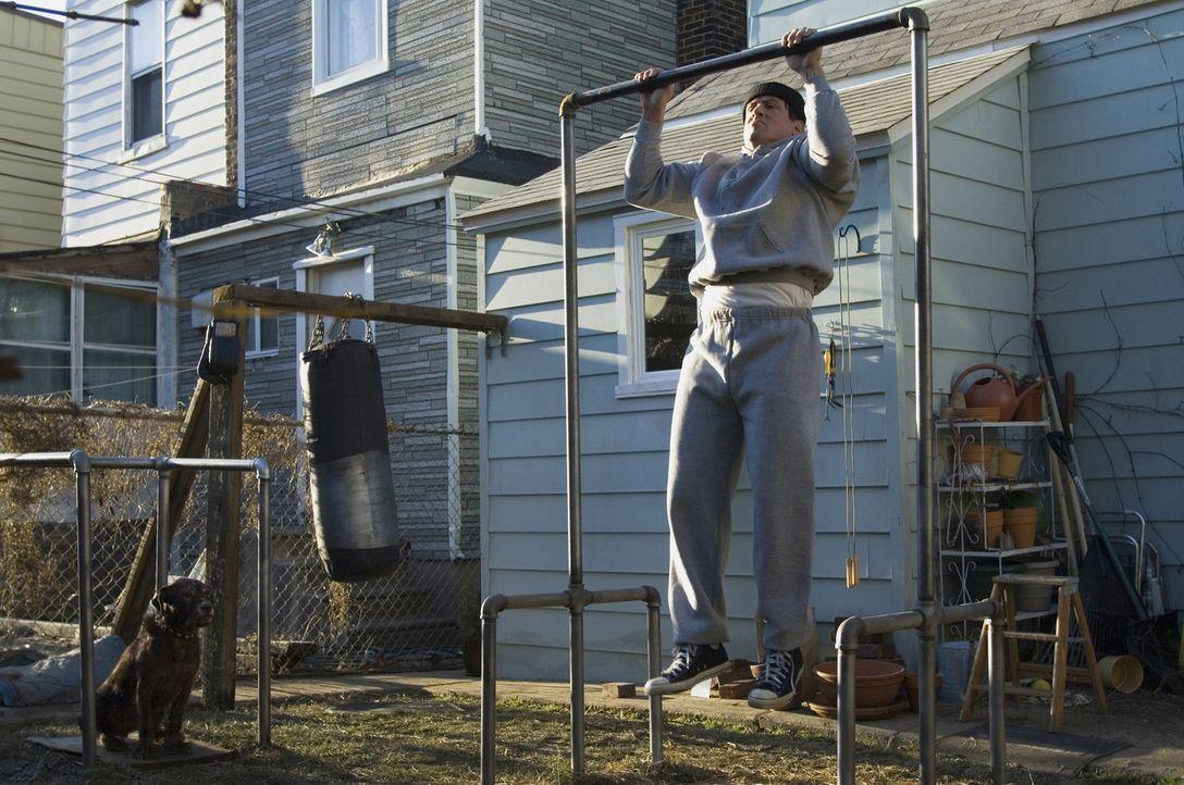 Nach dem Tod seiner geliebten Frau lebt Rocky (Sylvester Stallone) zurückgezogen in Philadelphia. Bis ein TV-Sender in einer Computersimulation Rock...