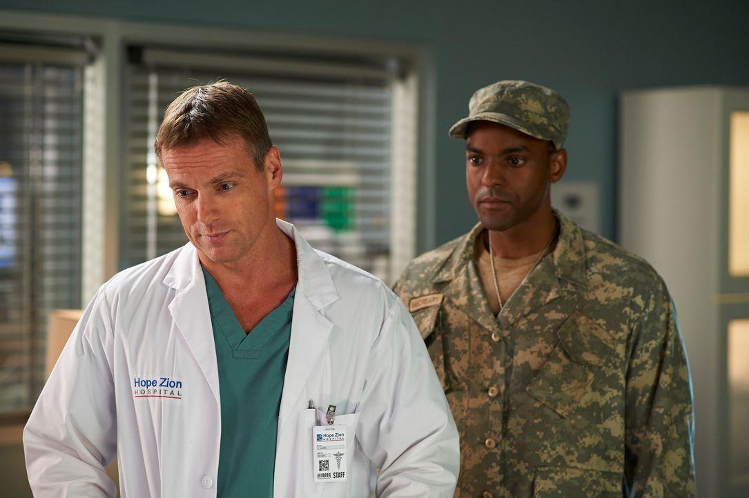 Corporal McCreary (Ronnie Rowe, r.) lässt Charlie (Michael Shanks, l.) einfach keine Ruhe ... - Bildquelle: 2012  Hope Zee One Inc.