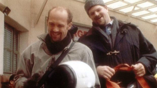 Dr. Greene (Anthony Edwards, l.) betreibt Imagepflege: Er fährt Motorrad und...