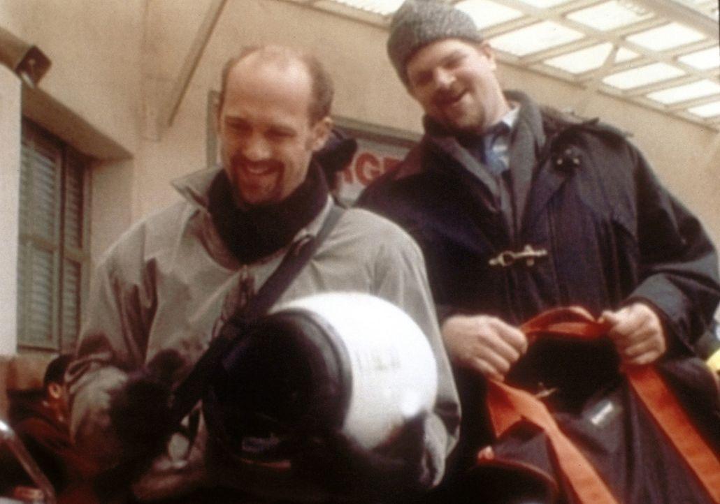 Dr. Greene (Anthony Edwards, l.) betreibt Imagepflege: Er fährt Motorrad und lässt sich einen Bart wachsen. Jerry (Abraham Benrubi, r.) ist nicht... - Bildquelle: TM+  WARNER BROS.