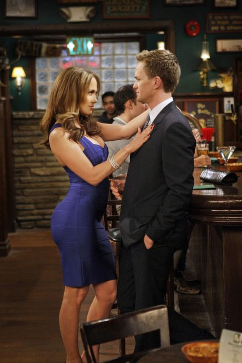 Barney (Neil Patrick Harris, r.) hat die Wahnsinnsfrau Anita (Jennifer Lopez, l.) kennengelernt. Aber es gelingt ihm einfach nicht, sie ins Bett zu... - Bildquelle: 20th Century Fox International Television