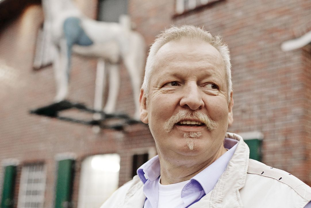"""Der Ostfriese Tamme Hanken wird auch Knochenbrecher genannt. Der """"Tierchiropraktiker"""" erfühlt mit seinen Riesenpranken eingeklemmte Nerven und renkt... - Bildquelle: Günther Philipp Sat.1 Gold"""