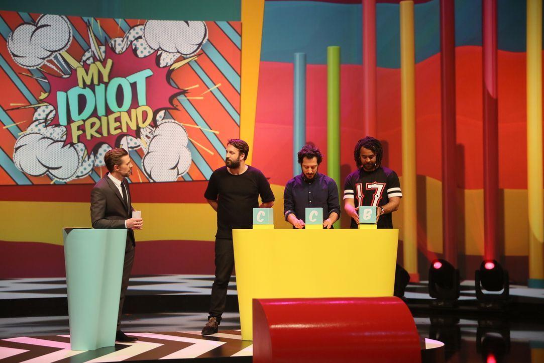 Wird Joko mit seinen Freunden Fahri Yardim (2.v.r.), Ex-BVB-Kicker Patrick Owomoyela (r.) und Star-Fotograf Paul Ripke (2.v.l.) in seiner Mini-Show... - Bildquelle: Guido Engels ProSieben