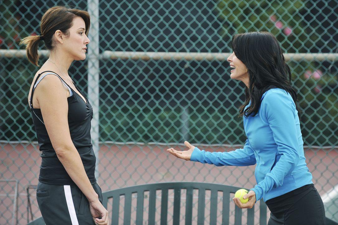 Jules (Courteney Cox, r.) hat den Wettkampf gewonnen - doch ihre Freundin (Christa Miller, l.) dabei vielleicht verloren ... - Bildquelle: 2009 ABC INC.