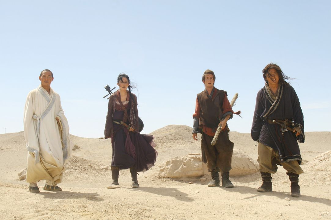 Seine Bestimmung  führt Jason (Michael Angarano, 2.v.r.) und seine Freunde Lu Yan (Jackie Chan, r.), Sperrling (Yifei Liu, 2.v.l.) und den Mönch (... - Bildquelle: 2008 J&J Project LLC. ALL RIGHTS RESERVED.