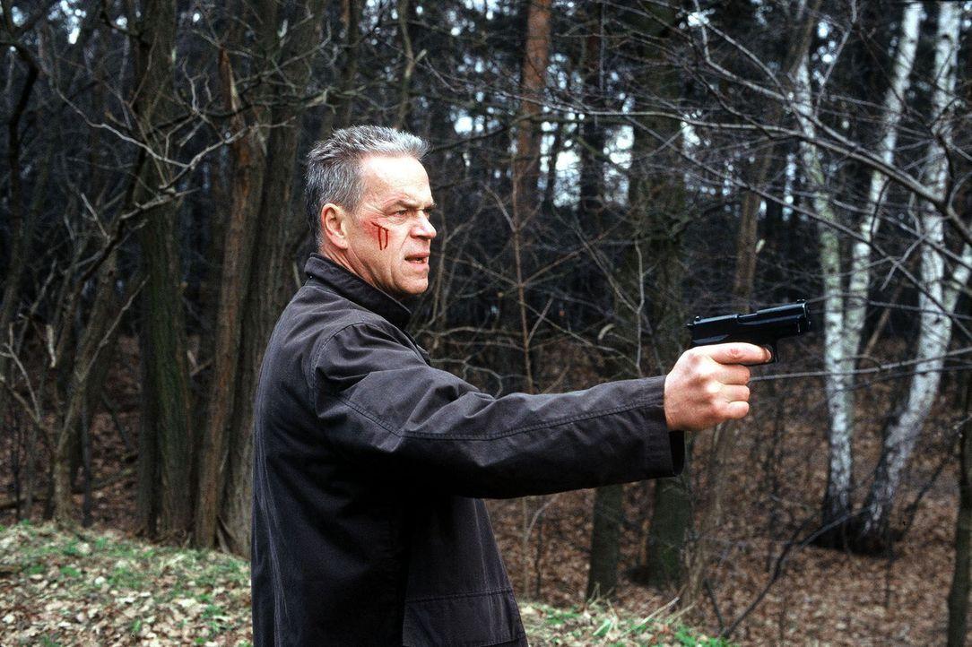 Mit ganzem Einsatz sind Wolff (Jürgen Heinrich) und seine Kollegen auf der Suche nach den verschwunden Kindern. - Bildquelle: Leslie Haslam Sat.1