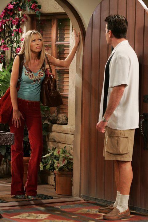 Seit Charlie (Charlie Sheen, r.) sein Verhältnis zu seiner Mutter versucht zu bereinigen hat er Probleme mit seiner Potenz. Colleen (Natalie Zea, l.... - Bildquelle: Warner Brothers Entertainment Inc.
