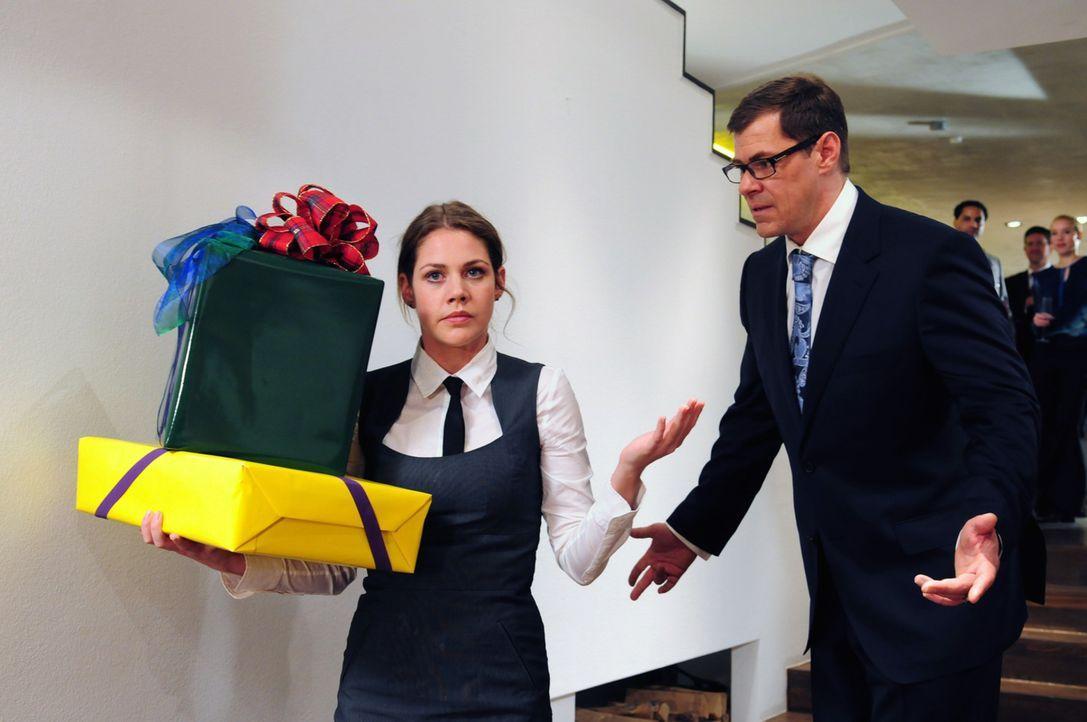 Als die unterdrückte Jenny (Felicitas Woll, l.) auch noch von ihrem Chef, dem erfolgs- und frauengeilen Macho Robert Günther (Sven Martinek, r.), ei... - Bildquelle: Christiane Pausch SAT.1