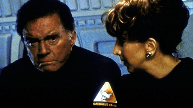 Lil (Andrea Martin, r.) versucht, Colonel Harris (Cliff Robertson, l.) Mut zu...