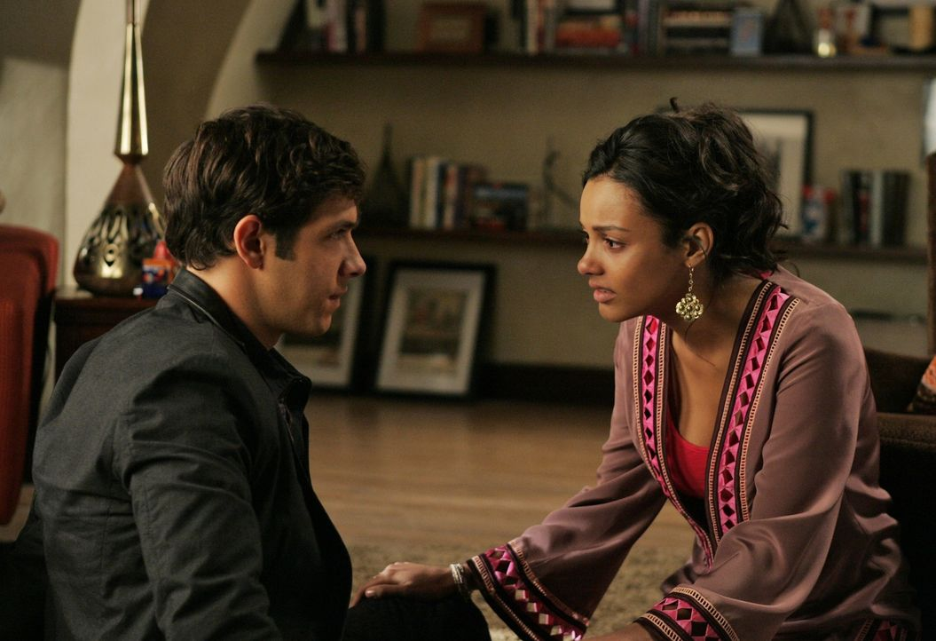 Wird Jonah (Michael Rady, l.) Riley (Jessica Lucas, r.) die Nacht mit Ella gestehen? - Bildquelle: 2009 The CW Network, LLC. All rights reserved.