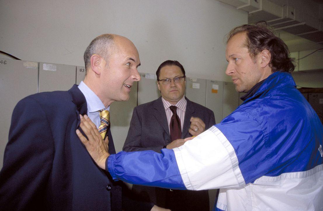 Der Vereinspräsident (Klaus Schindler, l.), Eickner (Michael Brandner, M.) und Victor (Jochen Horst, r.) streiten über die Mannschaft. - Bildquelle: Spitz Sat.1