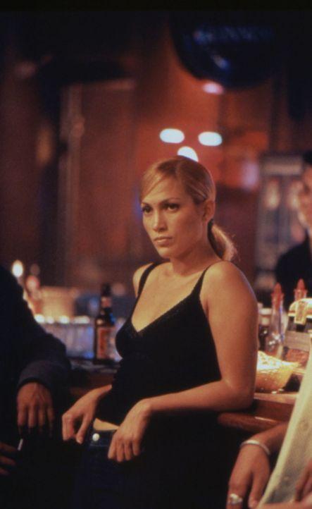 Die mutige Polizistin Sharon (Jennifer Lopez) ist misstrauisch, denn James scheint ein Geheimnis zu verbergen ... - Bildquelle: Warner Bros.
