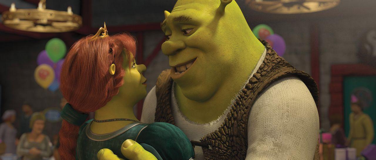 Eigentlich führt Shrek (r.) ein perfektes Leben: Er hat in Fiona (l.) eine fürsorgliche Ehefrau gefunden und ihre  drei kleinen Oger-Babys halten... - Bildquelle: 2012 DreamWorks Animation LLC. All Rights Reserved.