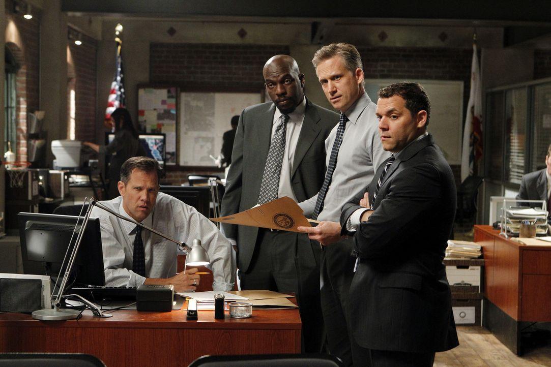 Ein Fall beschäftigt Agent Masterson (Rick Peters, l.), Agent Niskin (Omar Dorsey, 2.v.l.), Ray Haffner (Reed Diamond, 2.v.r.) und Agent Tork (Josh... - Bildquelle: Warner Bros. Television