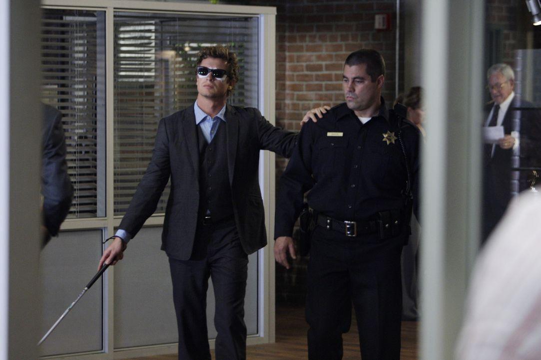Mentalist Patrick Jane (Simon Baker, l.) erhält eine SMS, mit der er vor einer bevorstehenden Bombenexplosion gewarnt wird. Als er zum Tatort fähr... - Bildquelle: Warner Bros. Television