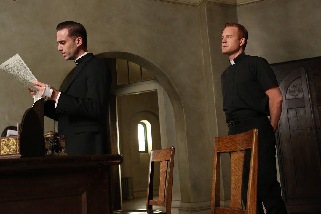 Bruder James (Kasey Mahaffy , r.) teilt Monsignor Timothy Howard (Joseph Fiennes, l.) mit, dass Briarcliff von Journalisten und Fotografen belagert... - Bildquelle: 2012-2013 Twentieth Century Fox Film Corporation. All rights reserved.