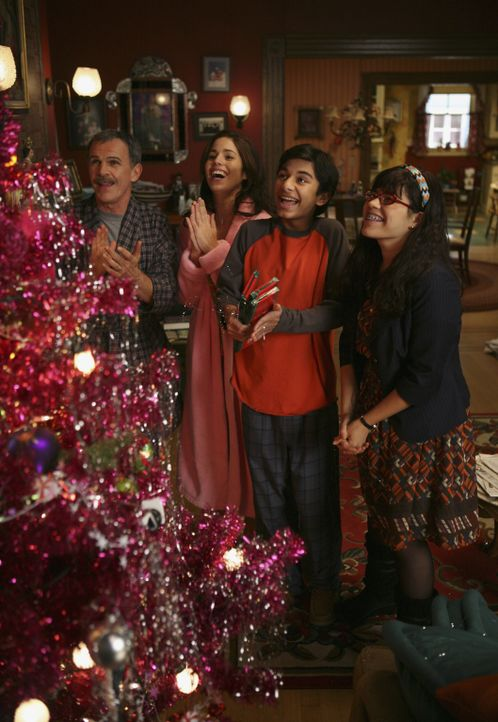 Die Vorbereitungen für das Weihnachtsfest laufen bei der Familie Suarez (v.l.n.r.: Tony Plana, Ana Ortiz, Mark Indelicato und America Ferrera) auf v... - Bildquelle: Buena Vista International Television