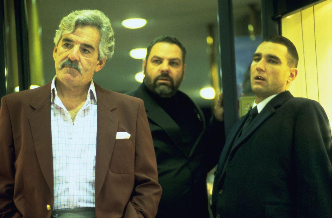 Auf der Jagd nach einem riesigen Diamanten: (v.l.n.r.) Avi (Dennis Farina), Bullet Tooth Tony (Vinnie Jones) und Boris (Rade Serbedzija) ... - Bildquelle: 2003 Sony Pictures Television International. All Rights Reserved.