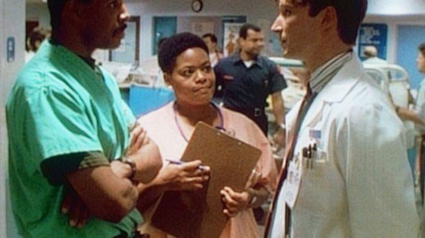 Schwester Haleh (Yvette Freeman, M.) bringt Medizinstudent John Carter (Noah...