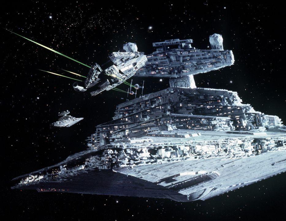 """Han Solos Schiff """"Millenium Falcon"""" (l.) versucht verzweifelt, einem imperialen Sternenkreuzer (r.) zu entkommen ... - Bildquelle: Lucasfilm LTD. & TM. All Rights Reserved."""