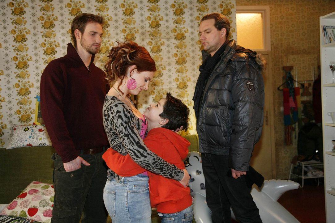 Nach ihrem Kurzurlaub mit Knut (Christian Feist, l.) und Daniel (Alexander Türck, 2.v.r.) hat Manu (Marie Zielcke, 2.v.l.) beschlossen, ab sofort v... - Bildquelle: SAT.1