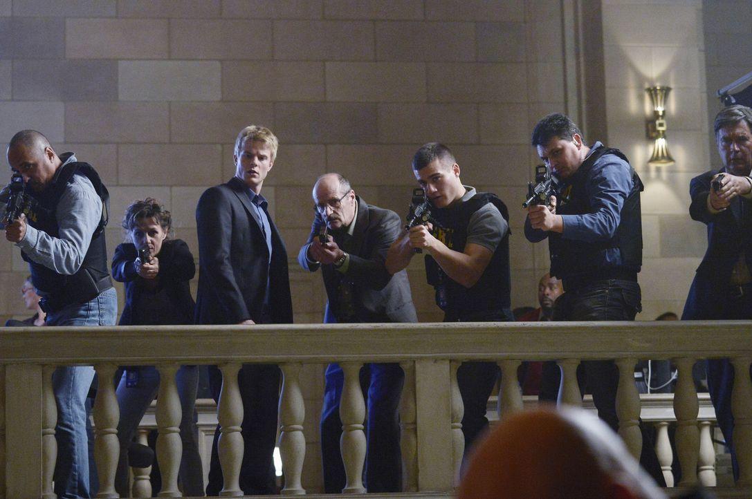 Wird Caleb (Graham Rogers, 3.v.l.) Alex zur Seite stehen, damit sie ihre Unschuld beweisen kann und somit gegen seinen Vater vorgehen? - Bildquelle: Philippe Bosse 2015 ABC Studios