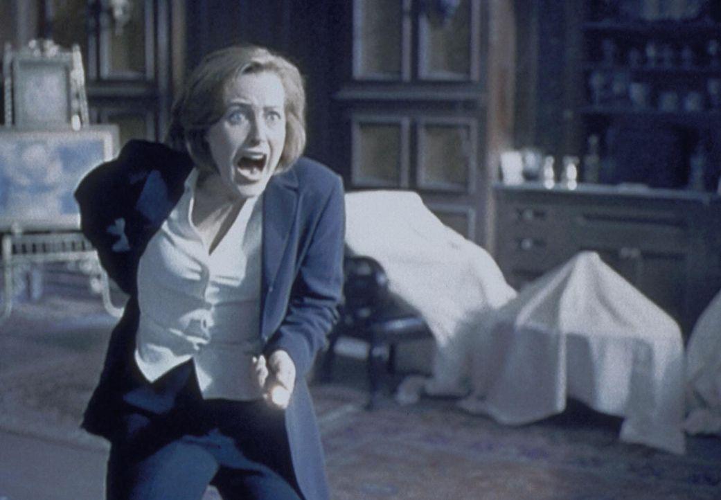 Scully (Gillian Anderson) greift in Panik zur Waffe, als ihr in einem unbewohnten Haus plötzlich ein Geist erscheint. - Bildquelle: TM +   2000 Twentieth Century Fox Film Corporation. All Rights Reserved.