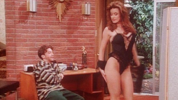 Bud (David Faustino, l.) lässt sich von der attraktiven Mindy (Terri Wilgre,...