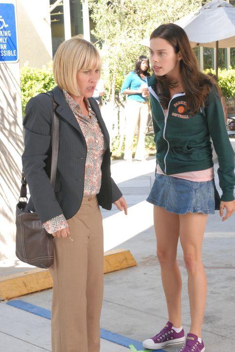 Amanda (Shanna Collins, r.) weiß nicht so recht, was sie von Allisons (Patricia Arquette, l.) Warnung halten soll ... - Bildquelle: Paramount Network Television