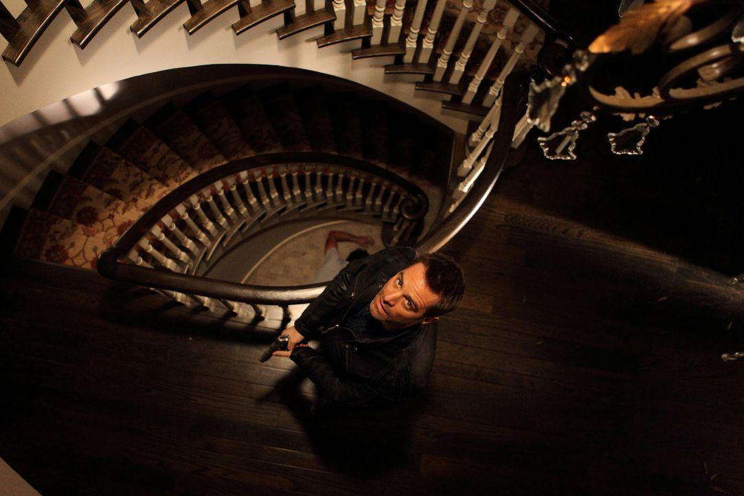 Wagt sich in das Haus, in dem College-Professor Oscar Wallace tot aufgefunden wurde: Det. Aidan Black (David Sutcliffe) ... - Bildquelle: Stephen Scott CBC 2013