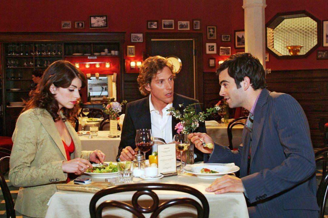 Mariella (Bianca Hein, l.) muss mit Lars (Clayton M. Nemrow, M.) und David (Mathis Künzler, r.) an einem Tisch sitzen - eine äußerst prekäre Situati... - Bildquelle: Monika Schürle Sat.1