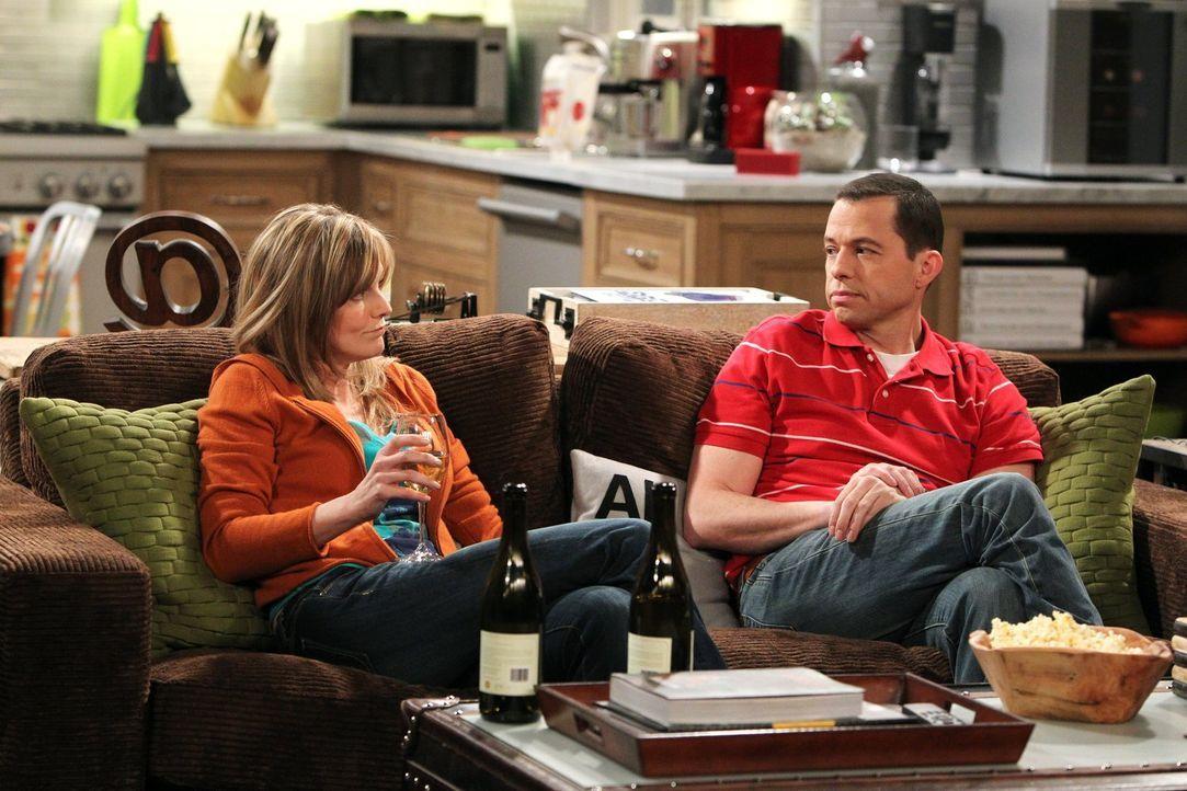 Alan (Jon Cryer, r.) befürchtet, dass Lyndsey (Courtney Thorne-Smith, l.) ein Alkoholproblem haben könnte. Doch soll er damit Recht behalten? - Bildquelle: Warner Brothers Entertainment Inc.