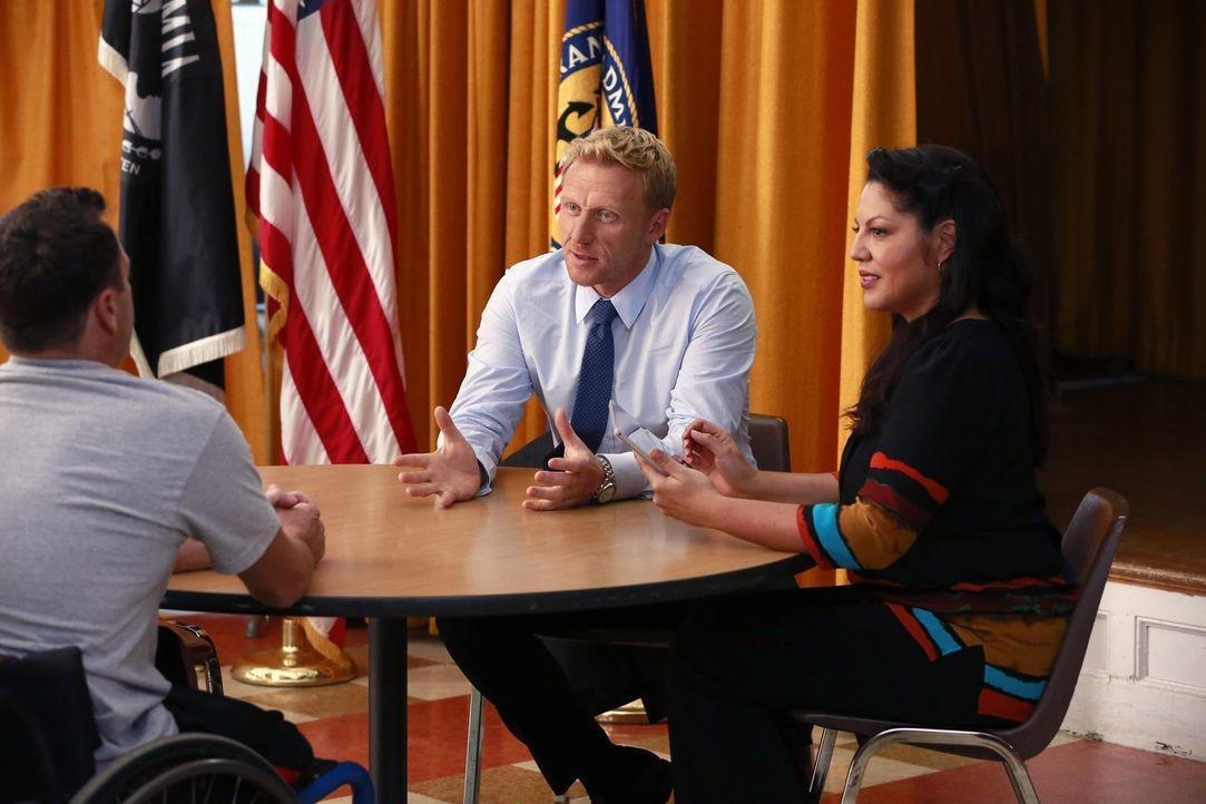 Callie (Sara Ramirez, r.) muss die überschwängliche Begeisterung von Owen (Kevin McKidd, m.) drosseln. Noch steht nicht fest, ob Kriegsveteran Charl... - Bildquelle: ABC Studios