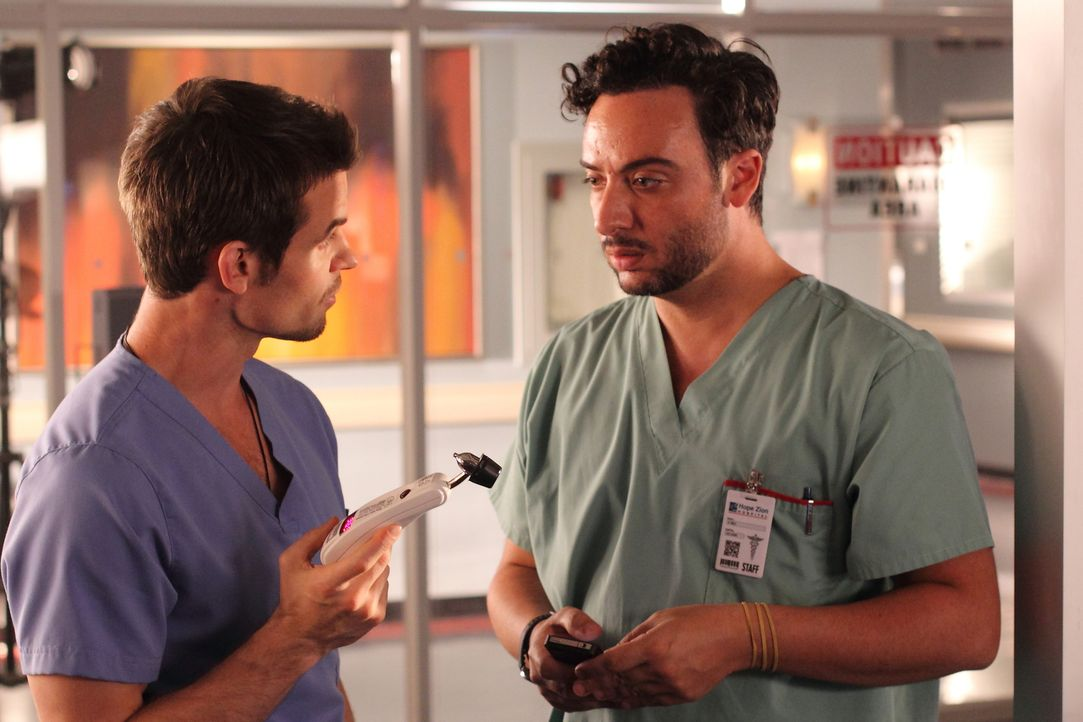 Irgendetwas scheint mit Victor (Salvatore Antonio, r.) nicht zu stimmen. Dr. Joel Goran (Daniel Gillies, l.) rät ihm, sich genauer untersuchen zu la... - Bildquelle: 2012  Hope Zee One Inc.