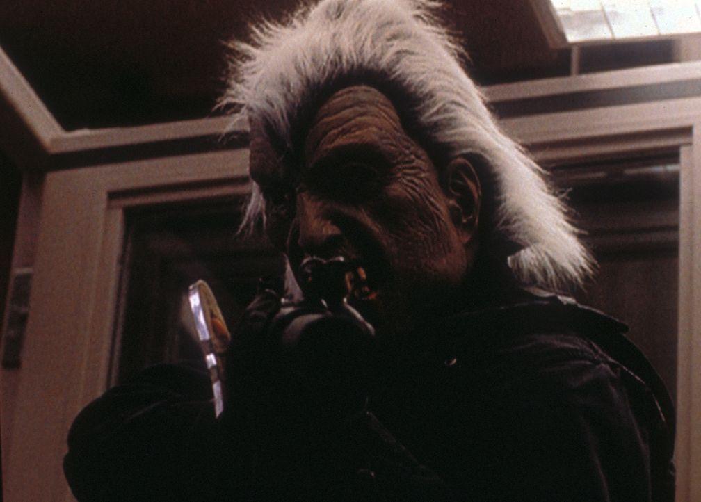 Mulder (David Duchovny) nimmt maskiert und schwer bewaffnet an einem Banküberfall teil, der von einer Miliz durchgeführt wird, bei der er sich einge... - Bildquelle: TM +   2000 Twentieth Century Fox Film Corporation. All Rights Reserved.