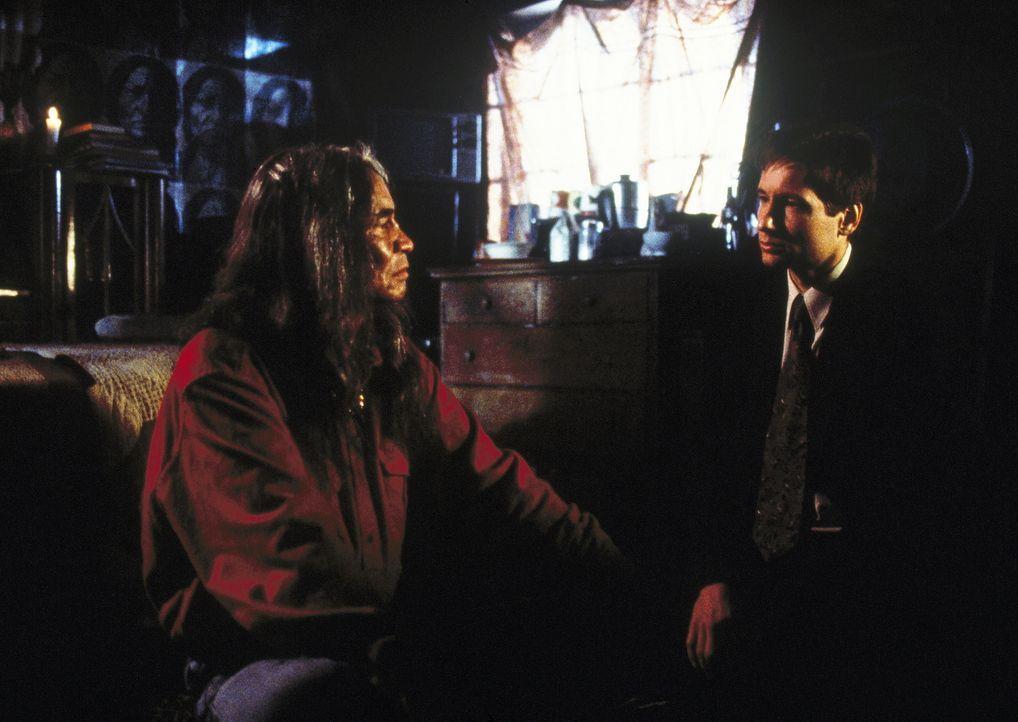 Mulder (David Duchovny, r.) erfährt von dem Trego-Indianer Ish (Jimmy Herman, l.) alles über den bösen Geist Manitou ... - Bildquelle: TM +   2000 Twentieth Century Fox Film Corporation. All Rights Reserved.