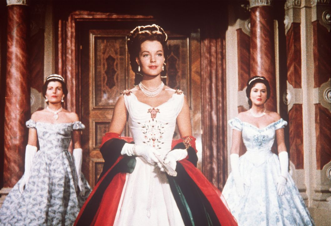 Bei einer Gala-Vorstellung in der Mailänder Scala kommt es für die schöne Kaiserin Sissi (Romy Schneider, M.) zum Eklat ... - Bildquelle: UFA-Filmverleih